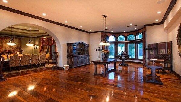 Sàn gỗ dưới hệ thống ánh sáng
