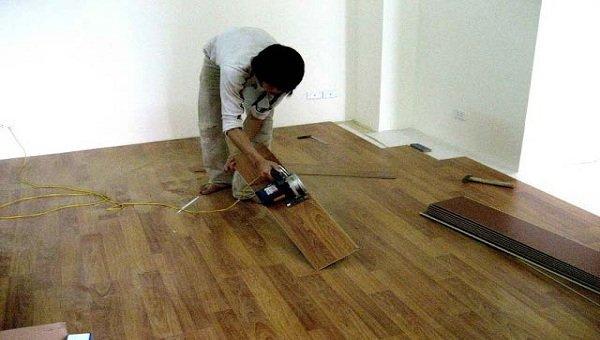Tháo dỡ sàn gỗ cũ cẩn thận