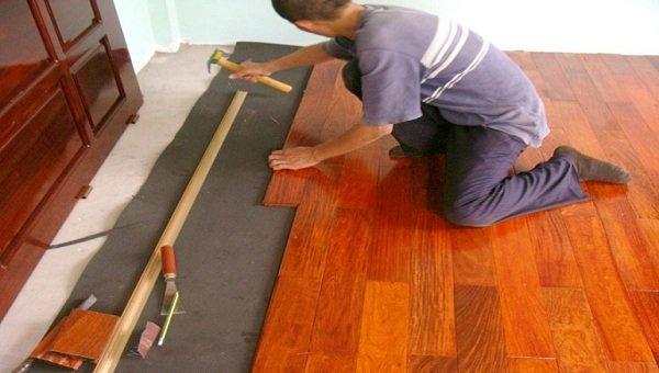 Thực hiện tháo dỡ sàn gỗ